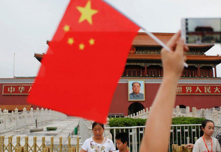 Un grupo de personas se fotografía frente a la puerta de Tiananmen en Pekín 2017