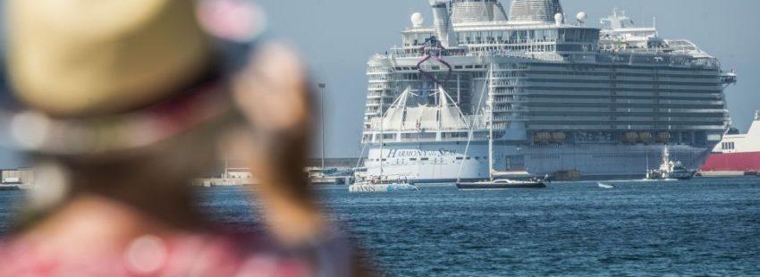 Una mujer fotografía la partida de un crucero del puerto de mallorca
