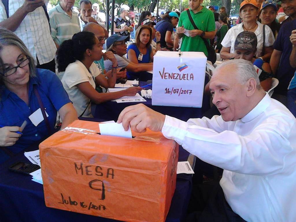 el presidente de la Conferencia Episcopal de Venezuela, Diego Padrón, participa en la Consulta Popular de Venezuela, el 15 de julio de 2017/CEV