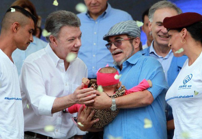 El presidente de Colombia, Juan Manuel Santos con el líder de las FARC, Rodrigo Londoño, alias Timochenko, durante la ceremonia de entrega de armas de ese grupo el 27 de Junio de 2017/EFE