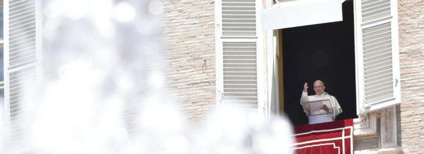 El Papa Francisco, durante el rezo del Ángelus del 9 de julio de 2017/EFE
