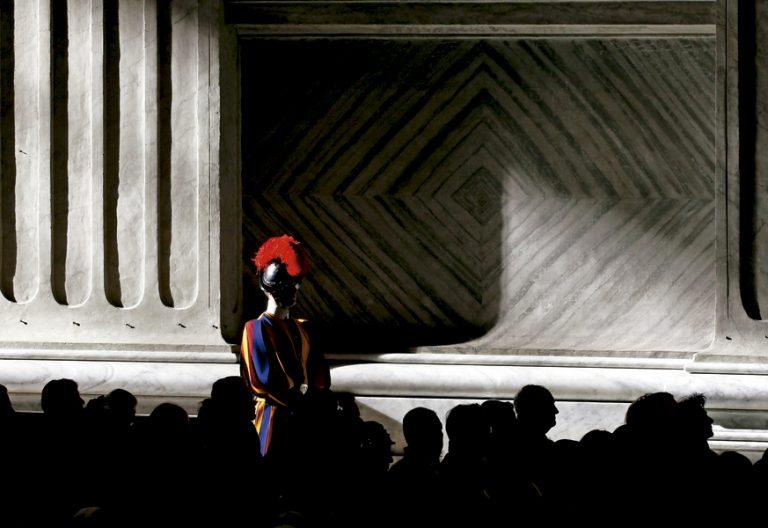 guardia suizo en la Basílica de San Pedro Vaticano a oscuras en una misa