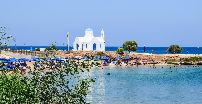 iglesia blanca en la playa en verano turismo turistas vacaciones