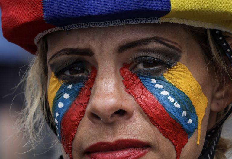 mujer maquillada bandera de Venezuela con lágrimas durante una protesta contra Gobierno de Nicolás Maduro