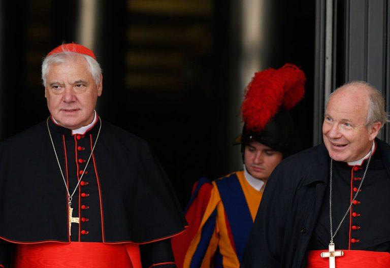 El cardenal Müller y el cardenal Schönborn a la salida de una sesión del Sínodo de la Familia 2014