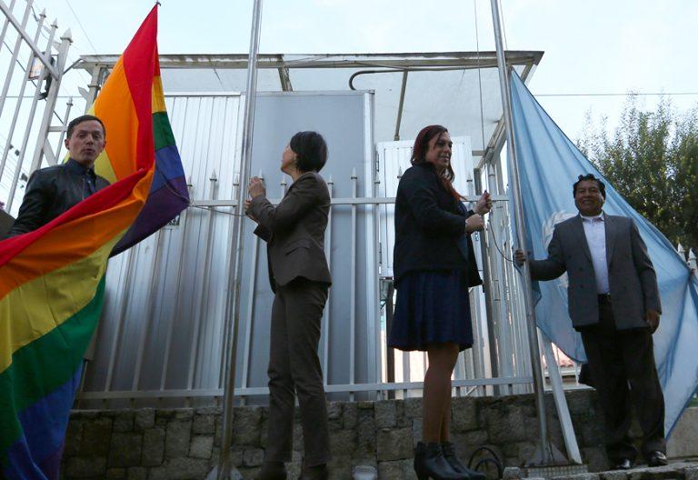 a ONU iza la bandera del Orgullo LGBTI en La Paz Bolivia