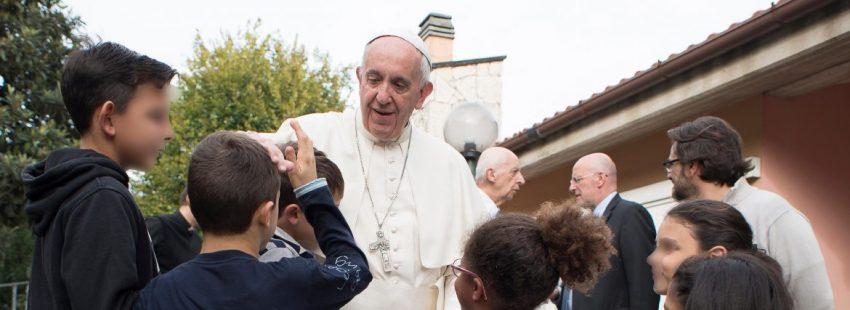 El Papa Francisco visita un hogar infantil durante un viernes de la misericordia en 2016/CNS