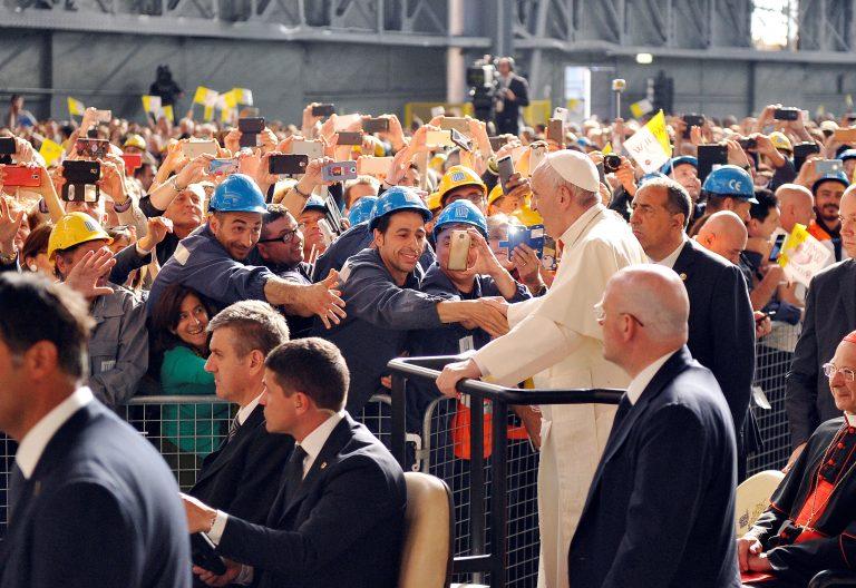 El Papa Francisco, con un grupo de obreros, durante su viaje a Génova en mayo de 2017/CNS