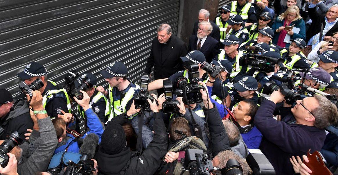 El cardenal George Pell sale del juzgado de Melbourne (Australia) tras la vista preliminar del juicio por abusos sexuales/EFE
