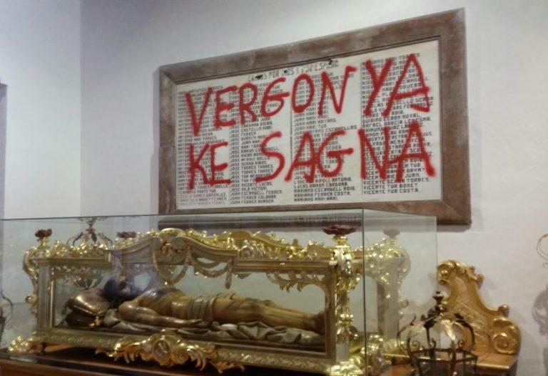 Pintada realizada en la placa de los mártires de la Guerra Civil en la catedral de Ibiza