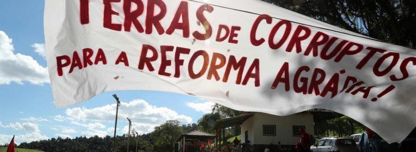 Miembros del Movimiento de los Sin Tierra (MST) de Brasil protestan por la corrupción en el país/EFE