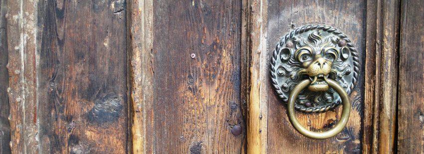 puerta de una iglesia con un llamador en forma de león