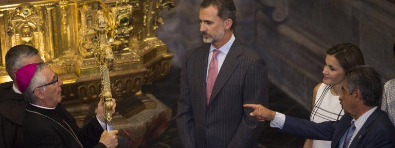 Reyes de España Felipe y Letizia con obispo Manuel Sánchez Monge visitan monasterio de Santo Toribio de Liébana Año Santo Lebaniego julio 2017