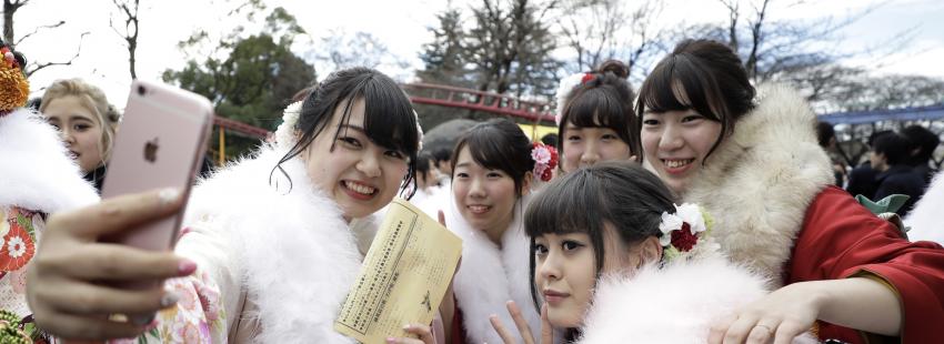 Jóvenes católicas asiáticas se hacen un selfie en el marco de la JMJ asiática archivo