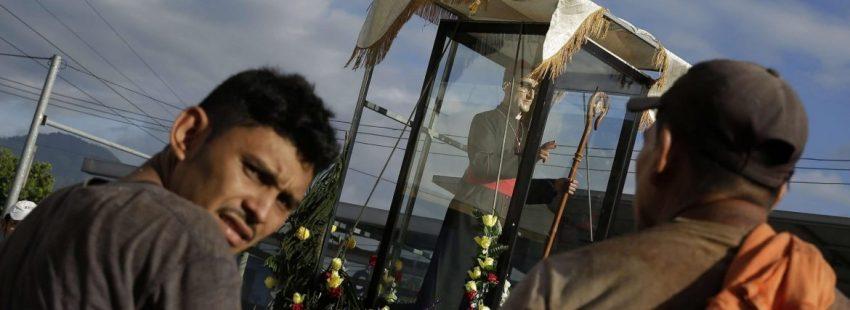 Un grupo de salvadoreños, en la peregrinación del centenario del nacimiento de Óscar Romero/EFE