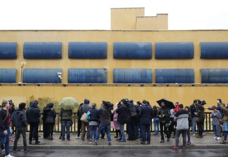Decenas de periodistas a las puertas del Centro de Internamiento de Extranjeros (CIE) de Aluche/ EFE