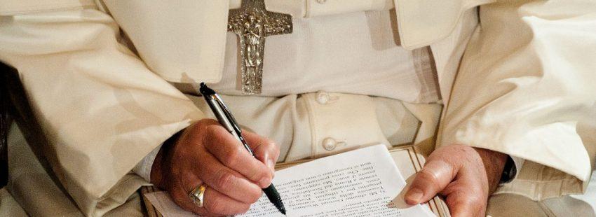 El Papa Francisco, escribiendo, en una imagen de archivo/CNS