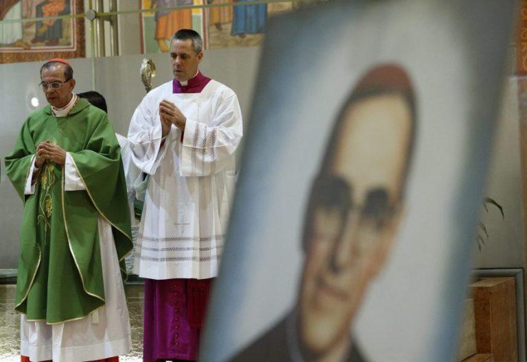 El cardenal Gregorio Rosa Chávez celebra la eucaristía ante el retrato de Óscar Romero/CNS