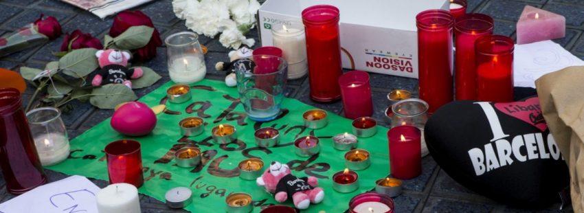 Altar improvisado en las Ramblas de Barcelona tras el atentado del 17 de agosto de 2017/EFE