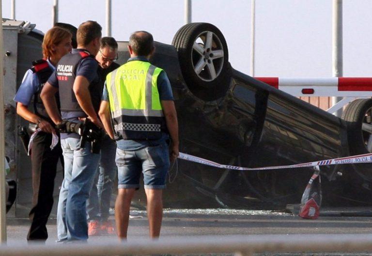 Policías, ante el coche utilizado por los terroristas en el atentado de Cambrils/CNS