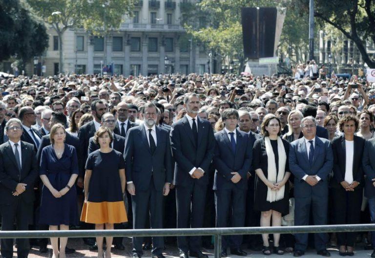 """El Rey Felipe VI (c), acompañado del vicepresidente del Govern, Oriol Junqueras (i), del delegado del Gobierno en Cataluña, Enric Millo (2i), la presidenta del Parlament, Carme Forcadell (3i), la vicepresidenta del Gobierno, Soraya Sáenz de Santamaría (4i), el presidente del Ejecutivo, Mariano Rajoy (5i), el presidente de la Generalitat, Carles Puigdemont (6d), la alcaldesa de la ciudad, Ada Colau (5d), el ministro de Interior, Juan Ignacio Zoido (4d), la ministra de Sanidad, Dolors Montserrat (3d), el primer teniente de alcalde, Gerardo Pisarello (2d), y el segundo teniente de alcalde, Jaume Collboni (d), guardan junto a muchos conciudadanos un minuto de silencio que ha terminado con largos aplausos y con un grito atronador en Barcelona: """"No tengo miedo"""", por el dolor por los atentados de La Rambla de Barcelona y de Cambrils ocurridos ayer. EFE/Andreu Dalmau"""