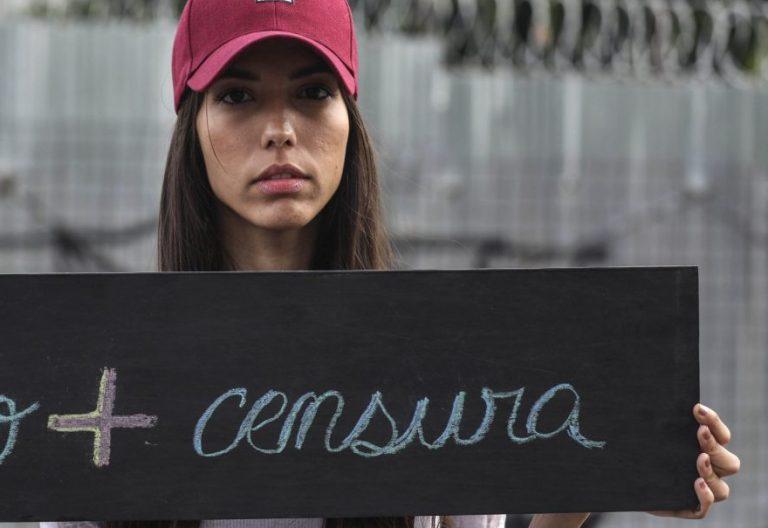 Una universitaria de Caracas protesta contra el régimen impuesto por Nicolás Maduro en Venezuela/ EFE