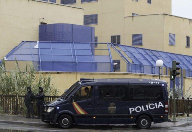 Efectivos de la Policía Nacional permanecen a las puertas del Centro de Internamiento de Extranjeros (CIE) de Aluche/EFE