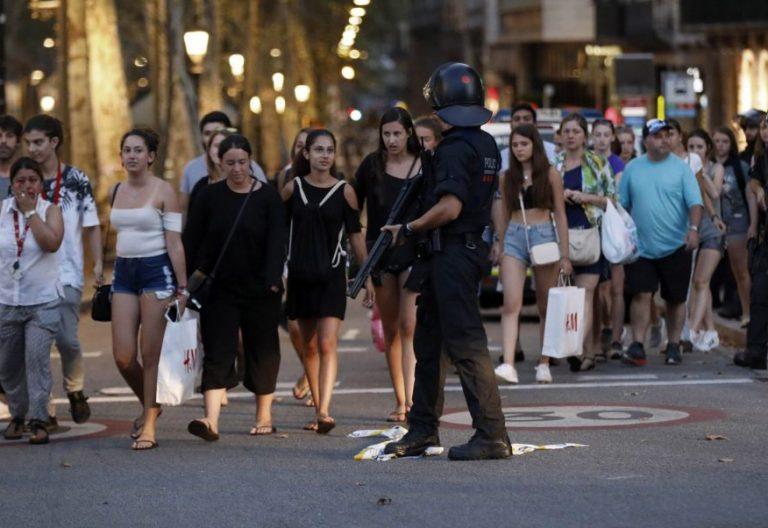 Un grupo de gente se desplaza esta noche entre el despliegue policial tras el atentado de las Ramblas/EFE