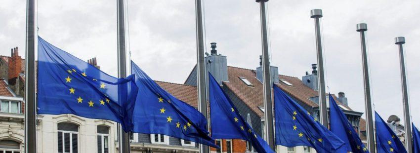 Banderas de la Unión Europea a media asta en Bruselas por los atentados de Barcelona/EFE