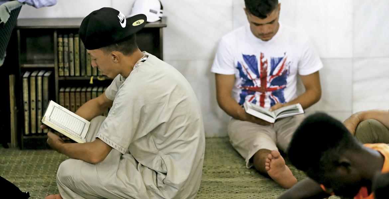 jóvenes musulmanes leyendo el Corán en la mezquita de la M-30 en Madrid