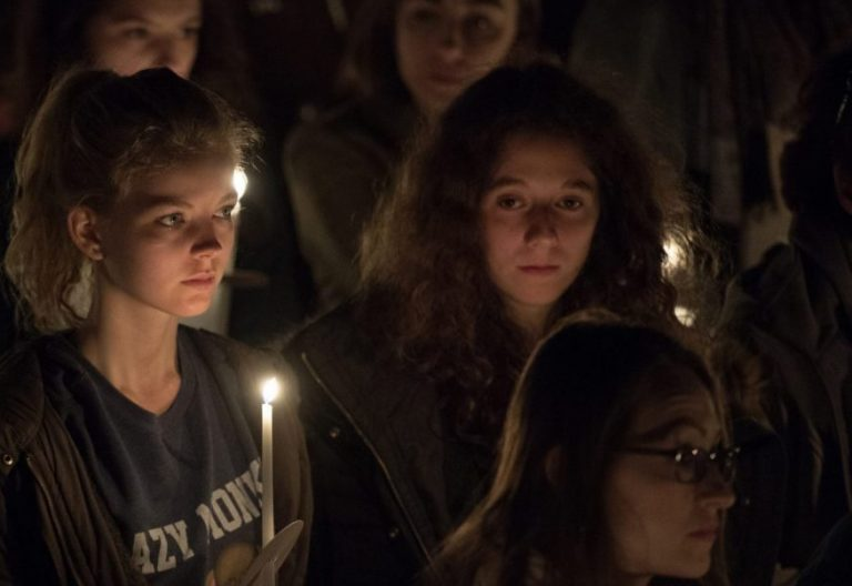 Una joven participa en la vigilia pascual de la catedral de Londres/CEI