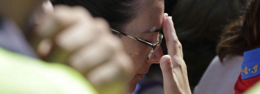 Una mujer asiste a la concentración en Cambrils por los atentados terroristas en Cambrils y Barcelona/EFE