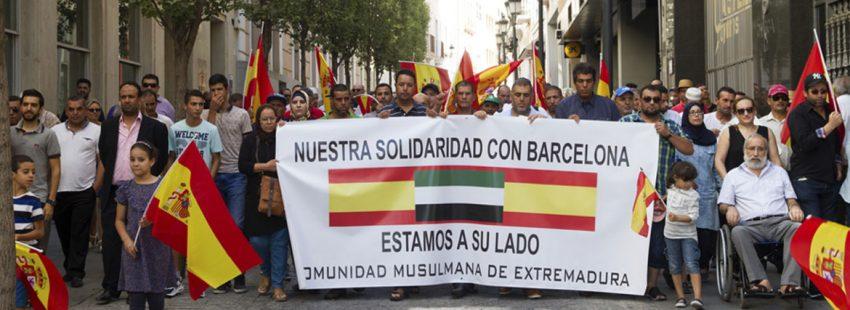 Miembros de la comunidad musulmana de Badajoz, encabezados por su imán, se manifiestan por la paz y la convivencia tras el atentado del 17 de agosto de 2017 en Barcelona