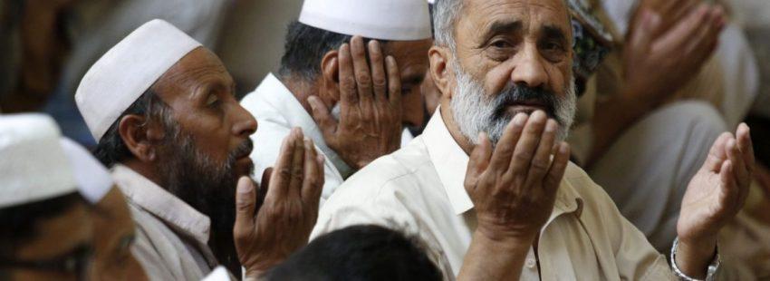 Un grupo de musulmanes de Pakistan reza en el Ramadán/CNS