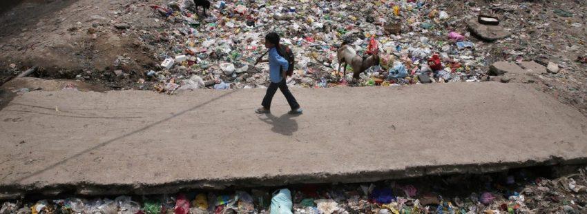 Un niño camina entre la basura en Nueva Delhi (India)/CNS