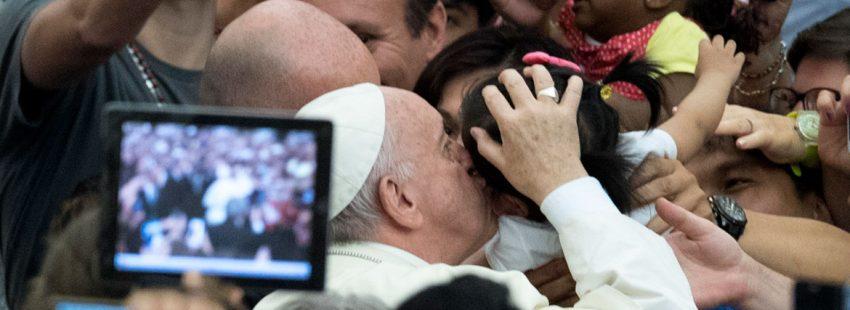 El papa Francisco, a su llegada a la audiencia general miércoles 9 agosto 2017