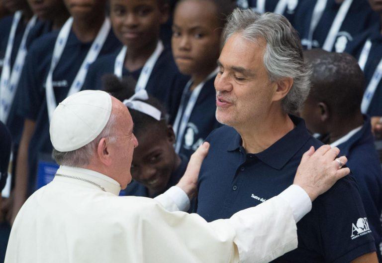 papa Francisco y tenor italiano Andrea Bocelli audiencia general Vaticano 2 agosto 2017