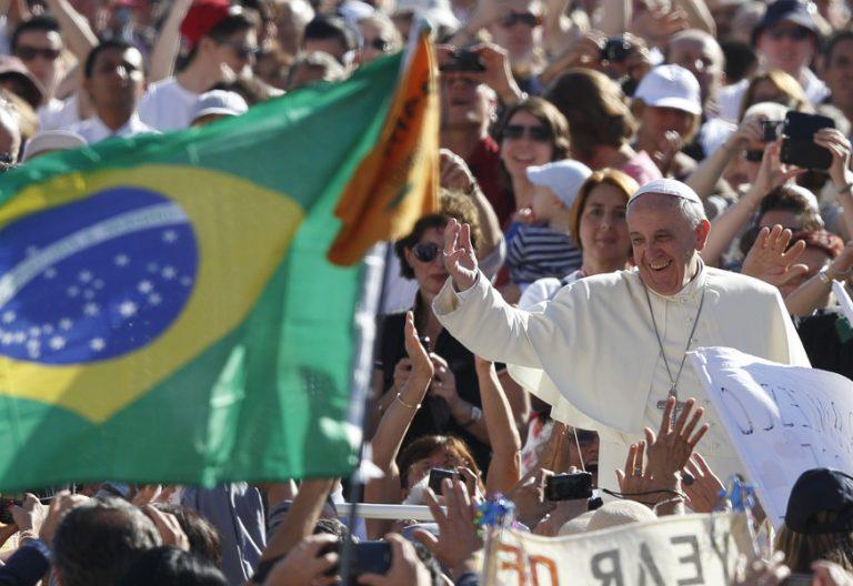 papa Francisco rodeado de gente y bandera brasil