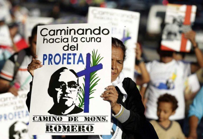 Miles de personas asisten a la peregrinación en honor al beato salvadoreño, Óscar Arnulfo Romero el viernes 11 de agosto de 2017/EFE