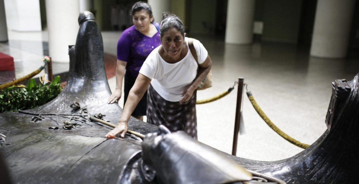Una mujer reza ante la tumba del mártir Romero en la catedral de San Salvador/CNS