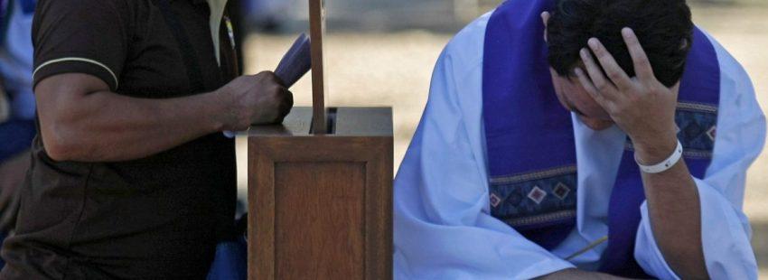 Un sacerdote, durante una confesión en Filipinas/CNS