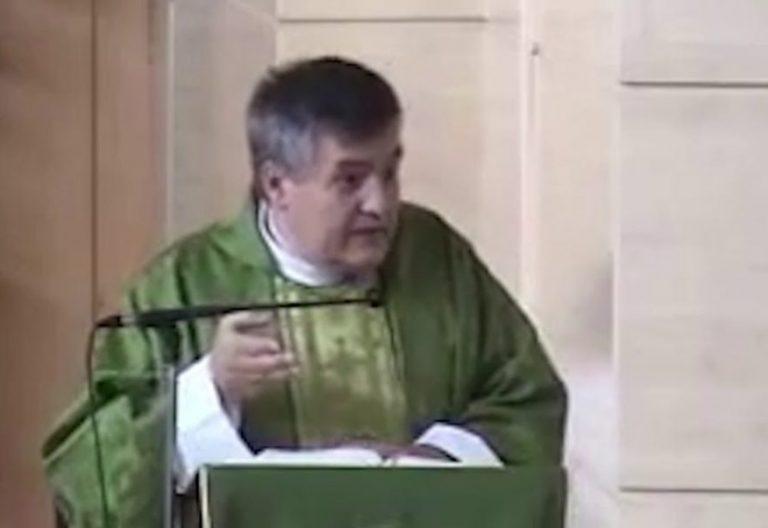 El sacerdote Santiago Martín, ayer, durante la eucaristía/VN