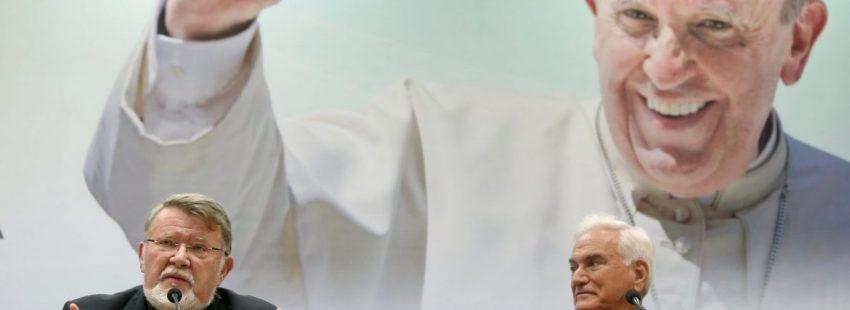 Norberto Strotmann (i), Obisco de Chosica y coordinador general de la visita papal a Perú; y el nuncio apostólico en el Perú, monseñor Nicola Girasoli (d)/EFE