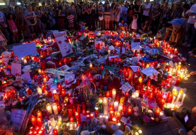 Flores y velas en Las Ramblas tras el atentado de Barcelona/EFE