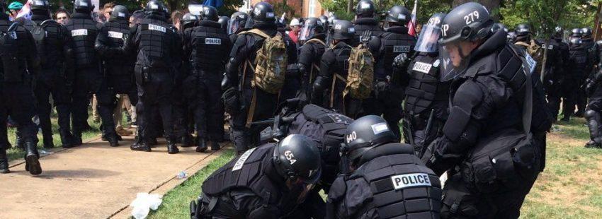 La policía reduce a un manifestante de una marcha racista en Charlottesville(Virginia)/EFE
