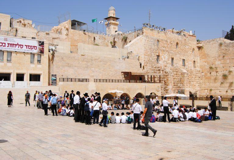 Un grupo de niños judíos ultraortodoxos cantan en los aledaños del Muro de las lamentaciones Tierra Santa