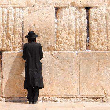 Un judío ultraortodoxo reza ante el Muro de las Lamentaciones Tierra Santa