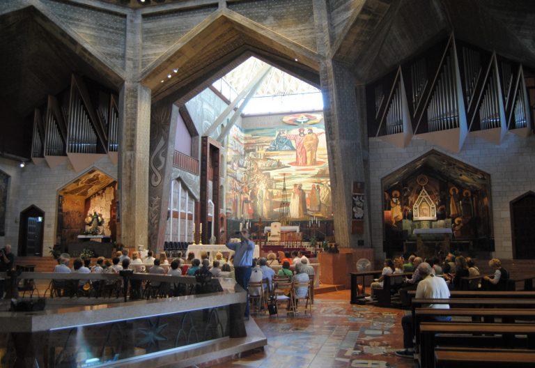 Interior de la Basílica de la Anunciación, en Nazaret, antes de una celebración Tierra Santa