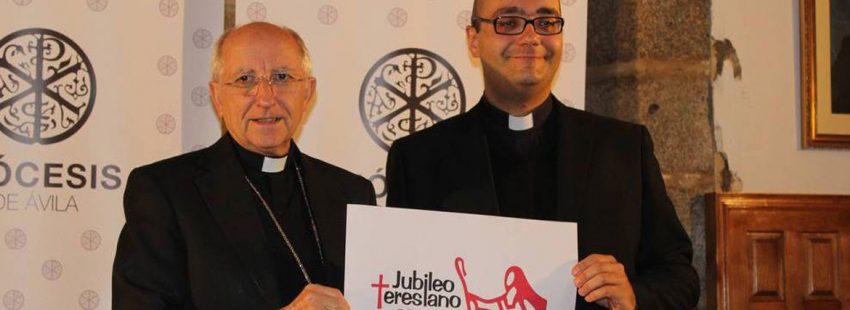 Jorge Zazo, a la derecha, junto al obispo de Ávila, en la presentación del Jubileo Teresiano