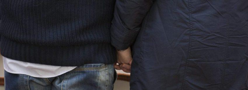 Imagen de archivo de un matrimonio dándose la mano/VN